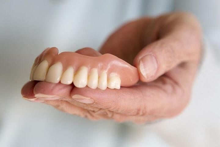 خطرات استفاده از چسب دندان مصنوعی