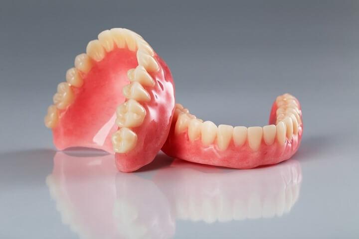 ضرورت استفاده از چسب دندان مصنوعی